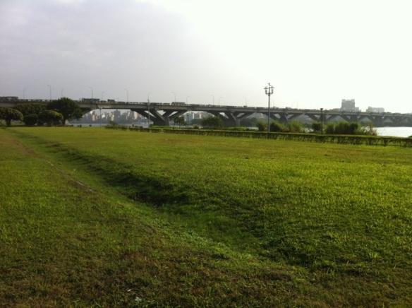 Looking back at the (old) Taipei Bridge.