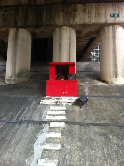 tiny temple under the Zhongxiao Bridge